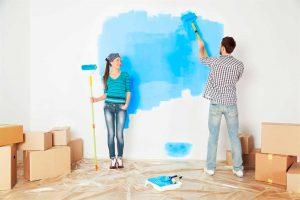 мужчина и женщина начали красить стену